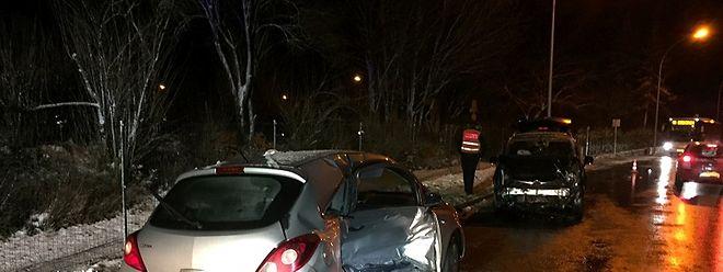 Der silberne Wagen war ins Rutschen geraten. Ein entgegenkommender PKW fuhr frontal in die Beifahrerseite.