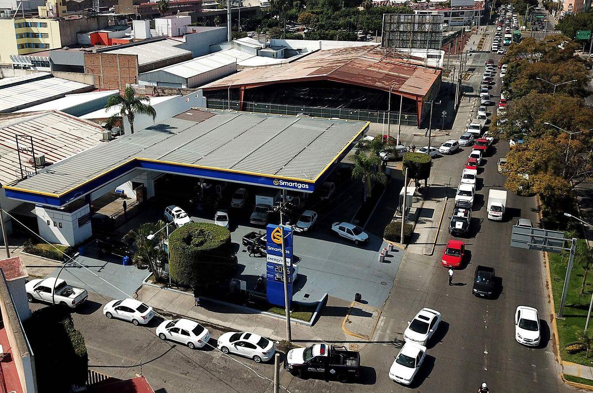File d'attente dans une station Pemex à Guadalajara (Etat de Jalisco) à l'Ouest du Mexique.