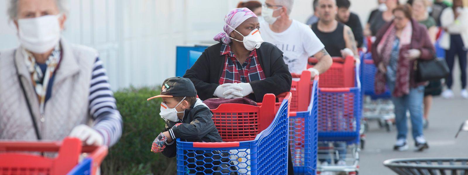 Im Supermarkt gehören sie fast schon zum guten Ton. Bald könnten Masken an einigen Orten zur Pflicht werden.