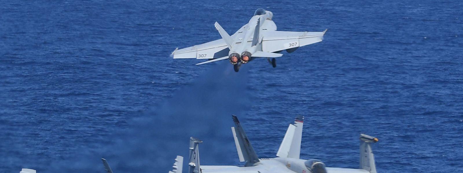 US-Kampfjets stehen vor der Küste Syriens bereit, um anzugreifen.