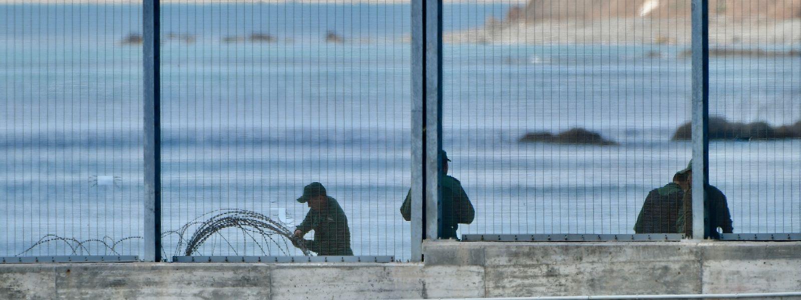 Nach dem Ansturm von Tausenden Migranten auf die spanische Exklave Ceuta rüsten die Sicherheitsbehörden dies- und jenseits der Grenze auf.