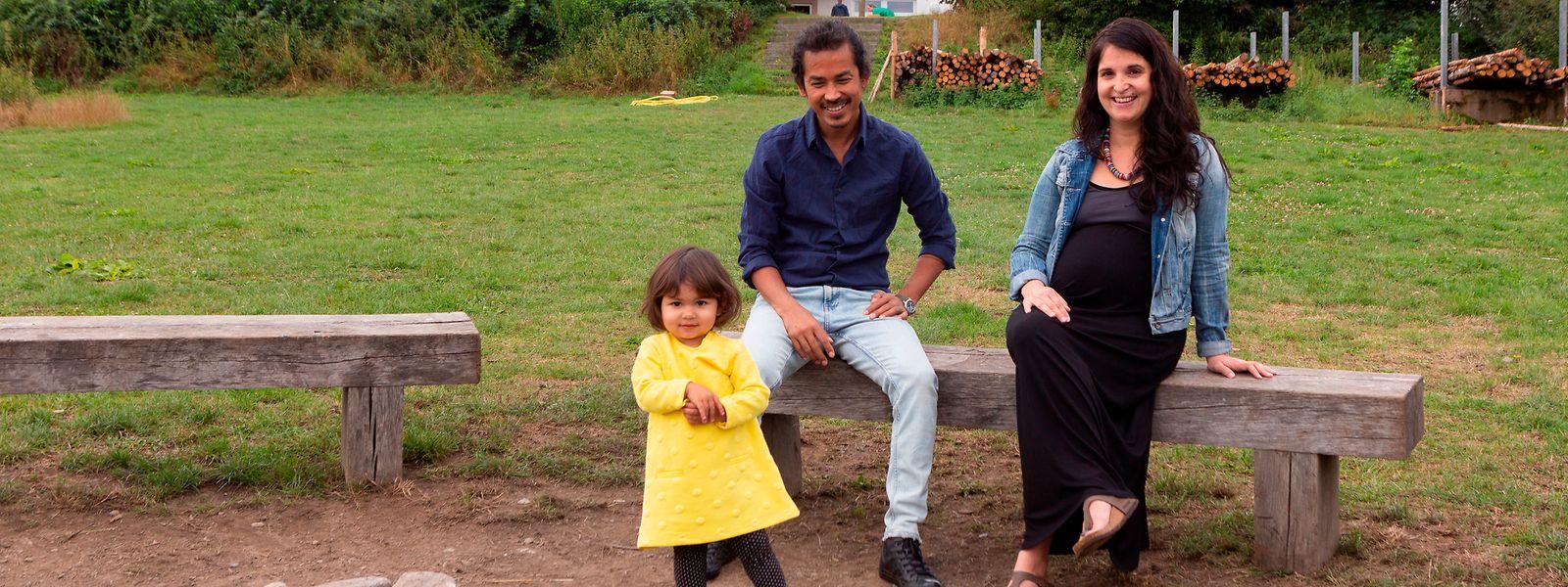 Sarah Cattani, ihr Mann John und ihre knapp zweijährige Tochter Mahi empfangen Gruppen, die Urlaub auf dem Misärshaff zwischen Arsdorf und der Misärsbréck machen.