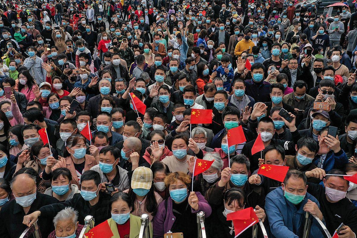 Chinesische Ärzte und Krankenschwestern feiern den vermeintlichen Sieg gegen das Corona-Virus. Experten monieren dagegen, es sei noch zu früh um Entwarnung zu geben.