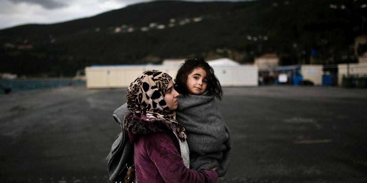 Ein Syrerin mit ihrer Tochter bei der Ankunft am Registrierzentrum auf der griechischen Insel Samos.