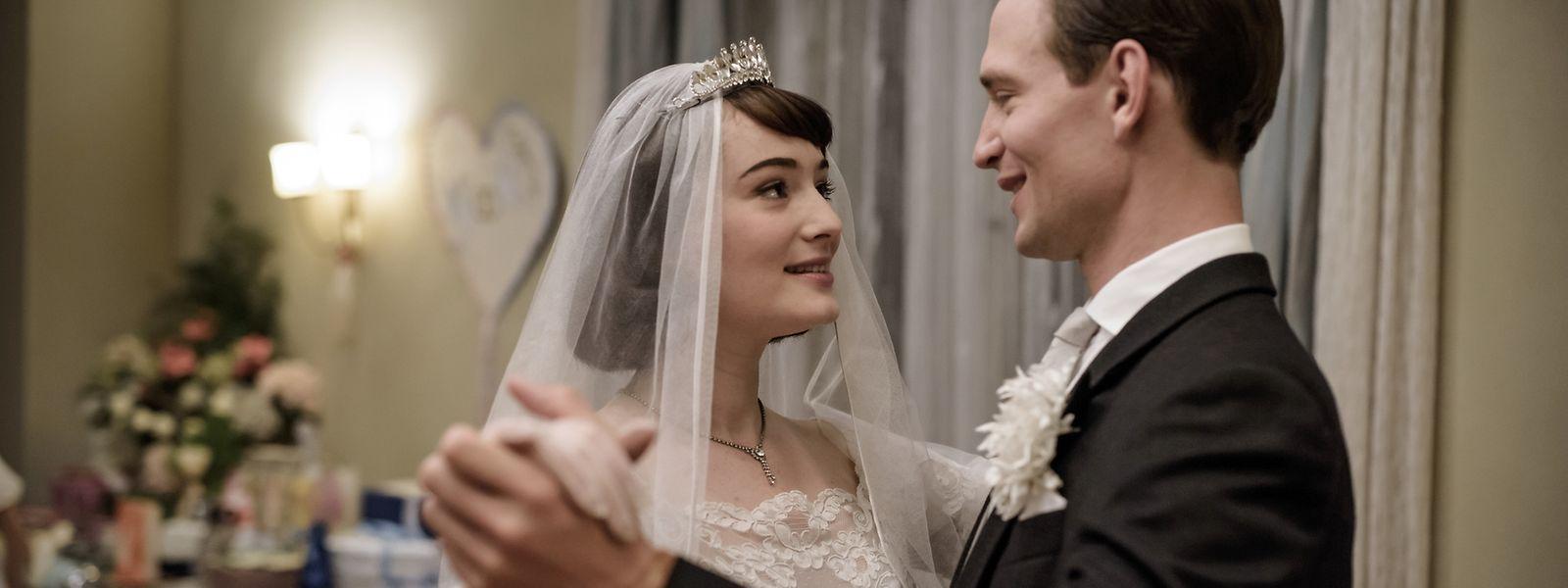 Noch ist die Welt in Ordnung: Helga von Boost (Maria Ehrich) beim Hochzeitstanz mit ihrem Ehemann Wolfgang von Boost (August Wittgenstein).