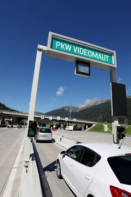 Eine Videomautstelle in Arlberg: Die Fahrt durch den Arlbergtunnel kostet zehn Euro.
