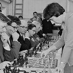 """Lenda feminina do xadrez processa Netflix por abordagem sexista na série """"Gambito de Dama"""""""