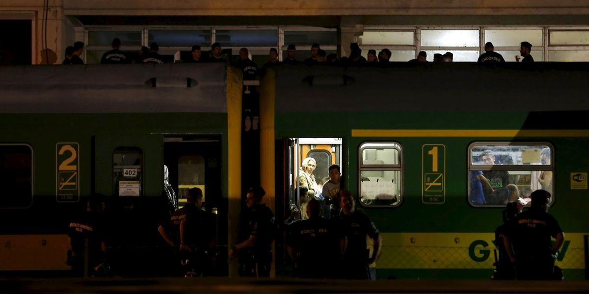 Polizisten sicherten am Abend den Zug.