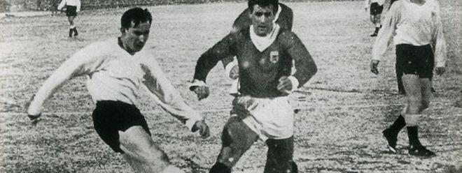 François «Bitzi» Konter (ici à dr., maillot sombre, face au Danois Ole Madsen en décembre 1963) a disputé 77 rencontres avec le maillot frappé du Roude Léiw
