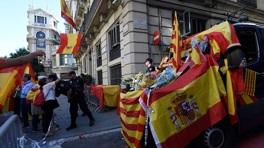 Catalonia: Spaniards face tense week amid independence standoff