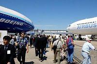 Streit um Subventionen: Besucher der Luftfahrtmesse in Le Bourget bei Paris gehen an einer Boeing 777 (l) und einem Airbus A340 vorbei (Archivbild)