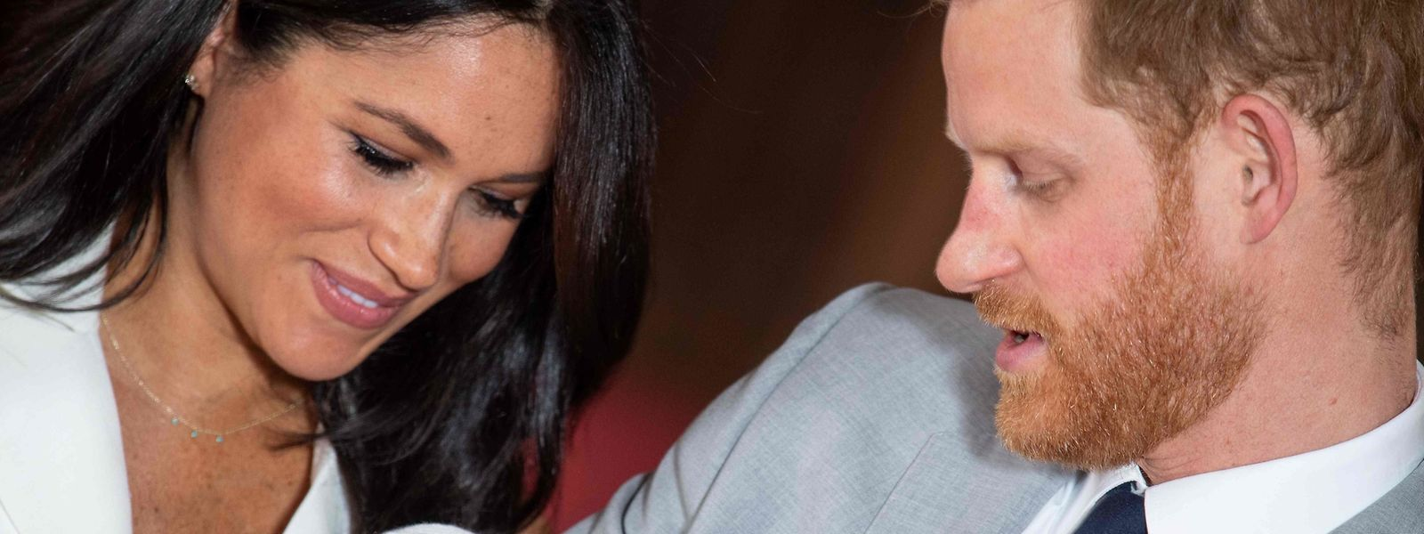 Der Herzog und die Herzogin von Sussex präsentierten ihr Neugeborenes zwei Tage nach der Geburt.