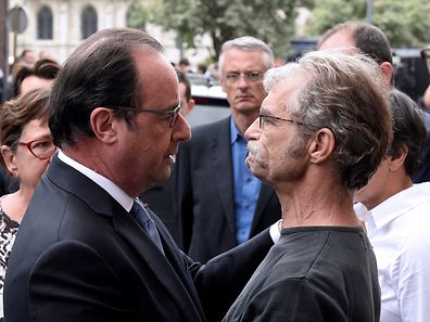 French President Francois Hollande (L) speaks with Mayor Hubert Wulfranc as he arrives as he arrives after a hostage-taking at a church in Saint-Etienne-du-Rouvray, France, July 26, 2016. A priest was killed with a knife and another hostage seriously wounded in an attack on a church that was carried out by assailants linked to Islamic State.    REUTERS/Boris Maslard/Pool