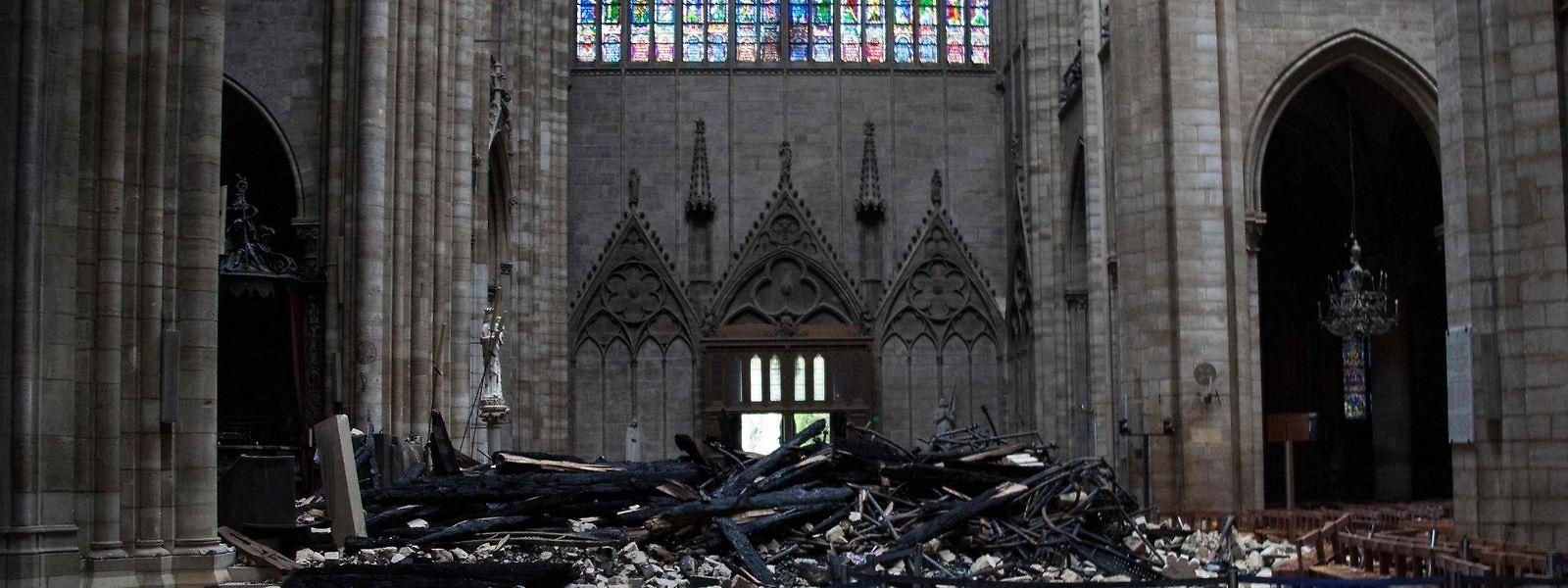 L'incendie de lundi dernier a ravagé la toiture de la nef, du chœur et du transept, ainsi que la flèche de la cathédrale Notre-Dame.