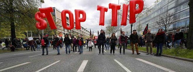 "Demonstranten sind gegen das geplante ""Transatlantic Trade and Investment Partnership"" (TTIP)."