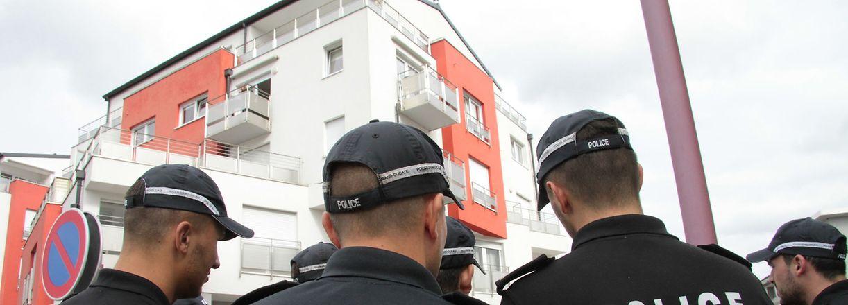 Spurensuche in Wurfdistanz: Kriminalpolizisten und Polizeischüler suchen nach einen möglichen Giftbehälter.