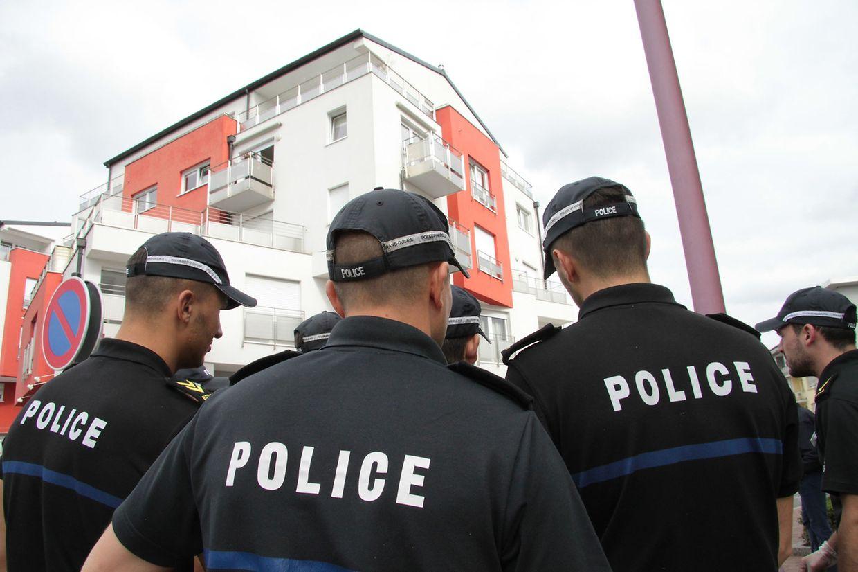 Gegen 13 Uhr schritt zunächst die Spurensicherung zum Einsatz, später wurden die Kriminalpolizisten von Polizeischülern und Gemeindearbeitern unterstützt.