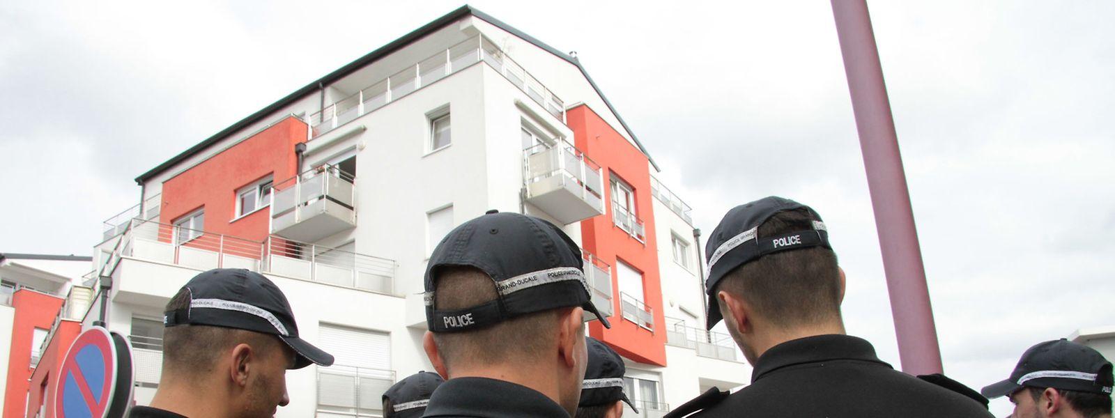 In einer Dachgeschosswohnung in der Cité Grand-Duc Jean in Bereldingen sterben am 25. September 2016 zwei Menschen. Wird zunächst noch von einer Unfallhypothese ausgegangen, gerät wenige Tage später ein Polizist ins Visier der Ermittler: als Tatverdächtiger bei einem Giftmord.