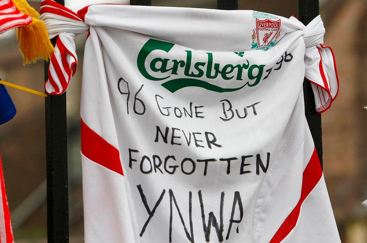 """2009: Ein Fußball-Trikot hängt am Gitter des Anfield Stadions in Liverpool. Darauf steht geschrieben """"Fort, aber nie vergessen""""."""
