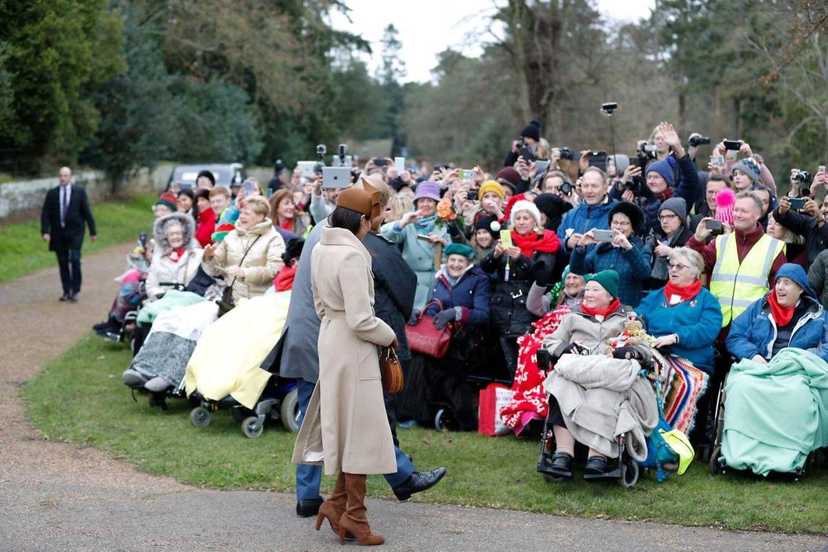 Prinz Harry und seine Verlobte Meghan Markle nahmen sich viel Zeit, um den Schaulustigen ein frohes Fest zu wünschen.