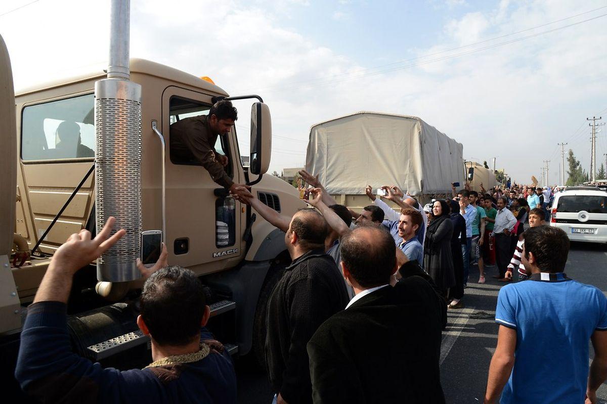 In einem Konvoi trafen die Peschmerga-Kämpfer bereits am Mittwoch am Grenzübergang Habur an der türkisch-irakischen Grenze ein und wurden von der Bevölkerung gefeiert.