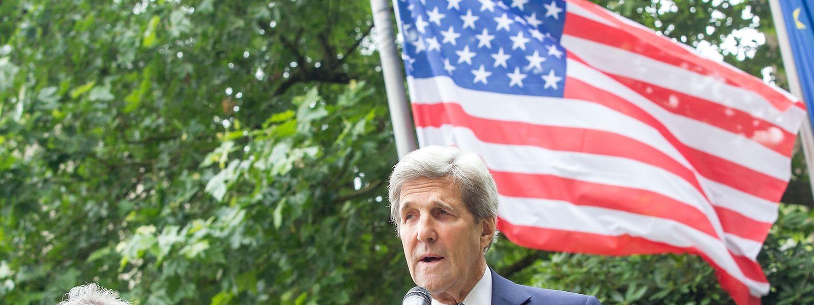 Die US-Flagge auf Halbmast: John Kerry (r.) und Jean Asselborn erinnern im Hof des Hôtel St- Maximin an die Terroropfer in Nice.