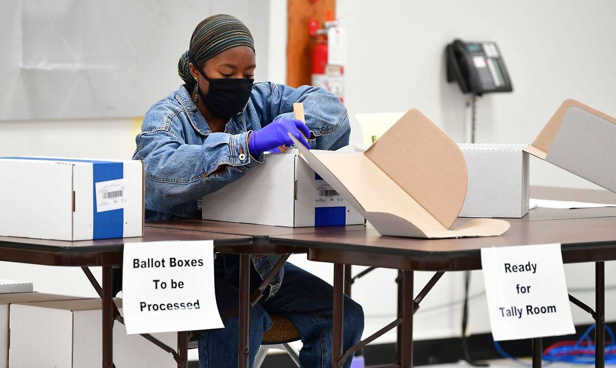 Eine Wahlhelferin in Los Angeles bei der Auszählung.