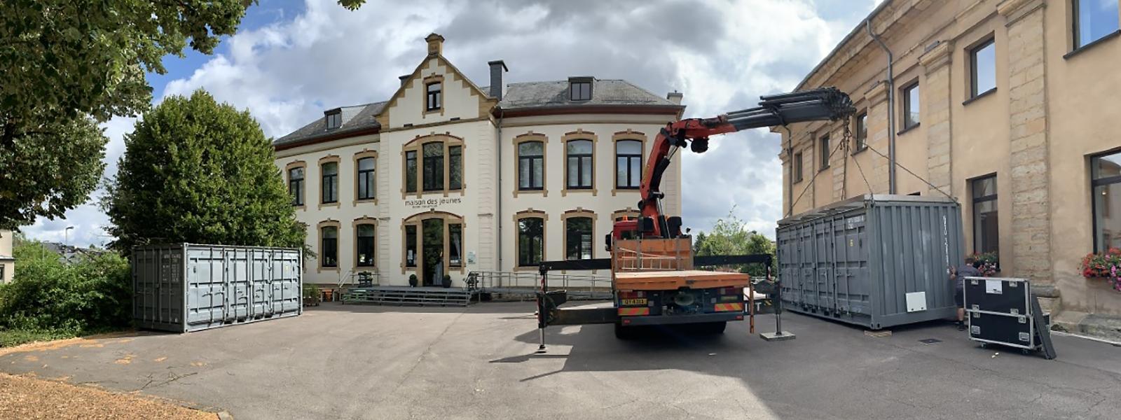 """Im Hof vor dem Jugendhaus in Mamer wird in diesen Tagen ein """"Container-Theater"""" errichtet. """"Bühne frei"""" heißt es ab  dem 2. August."""