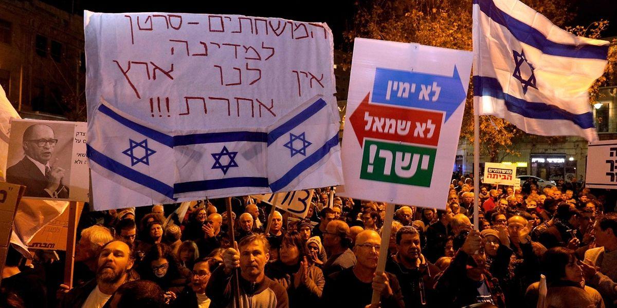Proteste in Tel Aviv gegen Korruption und gegen Benjamin Netanjahu halten an.