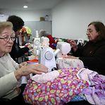 Portugal. Voluntárias costuram vestidos para crianças carenciadas no mundo