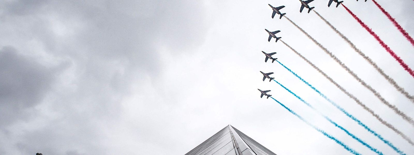 "Die ""Patrouille de France"" (PAF) fliegt am 14. Juli über den Louvre in Paris."