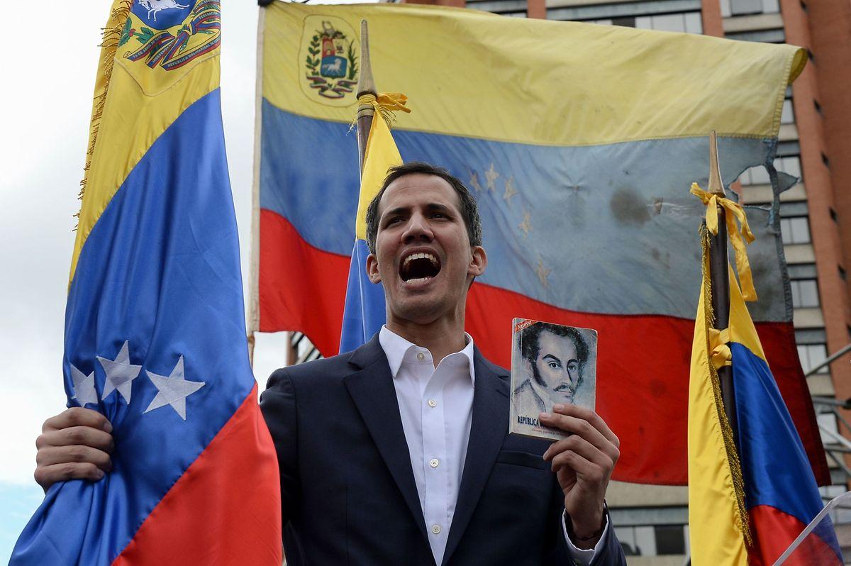 Guaidó beruft sich nach der zweifelhaften Wiederwahl Maduros auf die Verfassung.