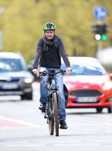 Wer E-Bike sagt, meint in der Regel ein Pedelec. Das unterstützt den Fahrer bis 25 km/h beim Treten.