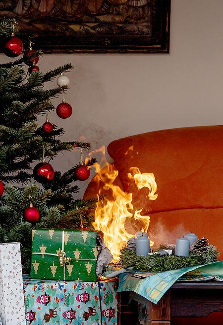 Advent, Advent, das Sofa brennt: Gerade von minderwertigen Kerzen geht in der Weihnachtszeit eine große Brandgefahr aus.
