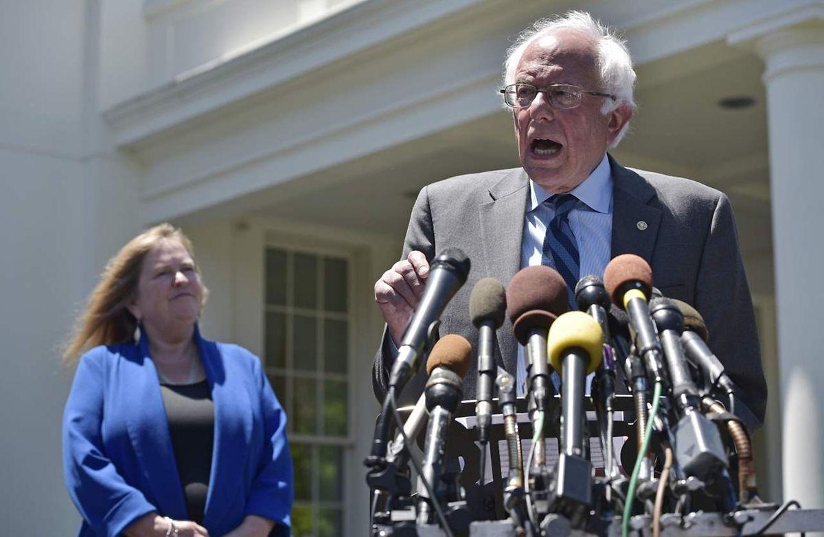 Reçu pendant plus d'une heure dans le Bureau ovale, Bernie Sanders a tendu la main jeudi matin à son ancienne rivale tout en se gardant d'annoncer son ralliement.