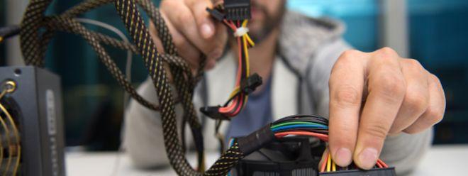 Wer seinen PC selbst zusammenbastelt, sollte auf kompatible Hardware und ein Netzteil mit ausreichender Leistung achten.