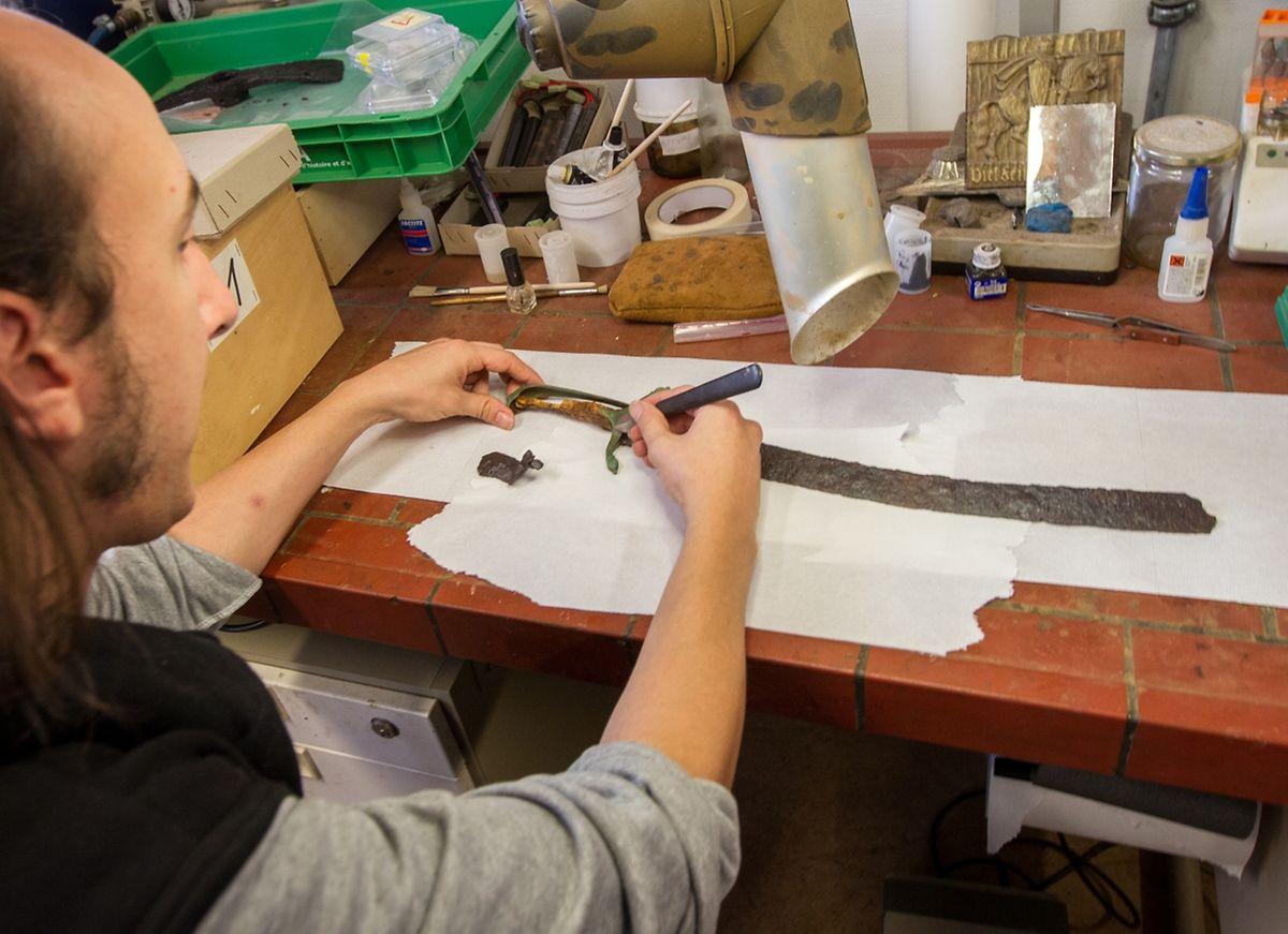 Maxime Kostigoff achève de restaurer un sabre français datant du siège de 1795.