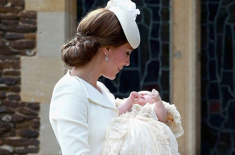 Herzogin Kate mit Prinzessin Charlotte vor dem Betreten der Kirche.
