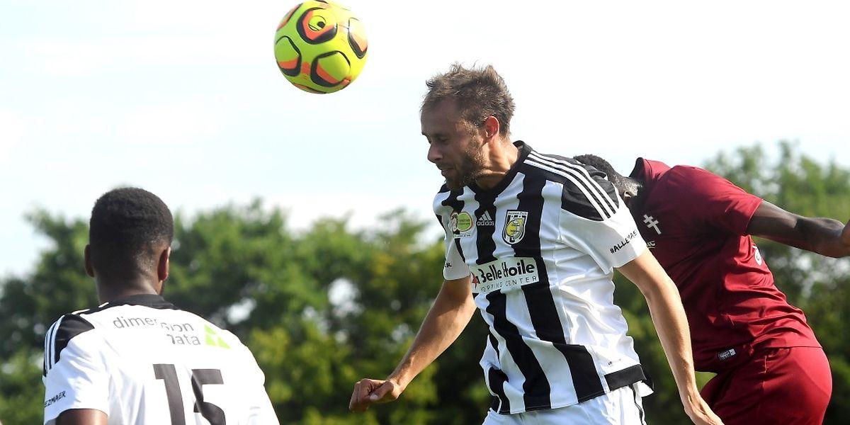 """Alessandro Fiorani s'impose dans les airs lors du match amical contre Metz. «Je pense que nous pouvons """"emmerder"""" une ou deux équipes du haut du tableau.»"""