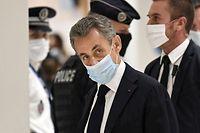 dpatopbilder - 23.11.2020, Frankreich, Paris: Nicolas Sarkozy (M), ehemaliger Pr�sident von Frankreich, trifft zur Er�ffnungsverhandlung seines Prozesses wegen Bestechung im Gerichtsgeb�ude ein. Dem Politiker wird vorgeworfen, 2014 �ber seinen Rechtsbeistand versucht zu haben, von einem Generalanwalt beim Kassationsgericht geheime Informationen zu erlangen Foto: Bertrand Guay/AFP/dpa +++ dpa-Bildfunk +++