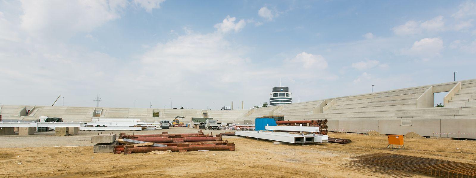 Die Tribünen stehen bereits zum großen Teil, nun soll die Dachkonstruktion folgen.