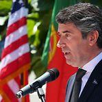 Governo português promete reforçar serviços consulares em 2019