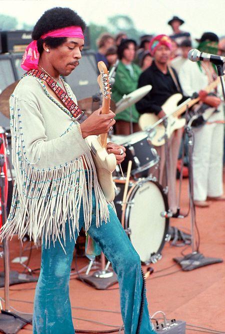 """Jimi Hendrix spielte am frühen Morgen des 18. August 1969 – das Festival hätte zu diesem Zeitpunkt eigentlich schon vorbei sein sollen. """"Nur"""" 25.000 Zuschauer verfolgten das Konzert."""