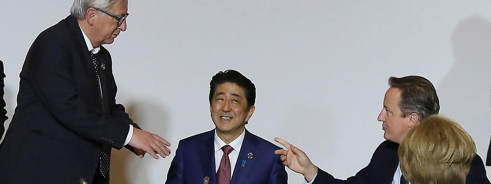 EU-Kommissionspräsident Jean-Claude Juncker im Gespräch mit dem japanischen Premier Shinzo Abe, dem britischen Regierungschef David Cameron und Bundeskanzlerin Angela Merkel. (v.l.n.r.)