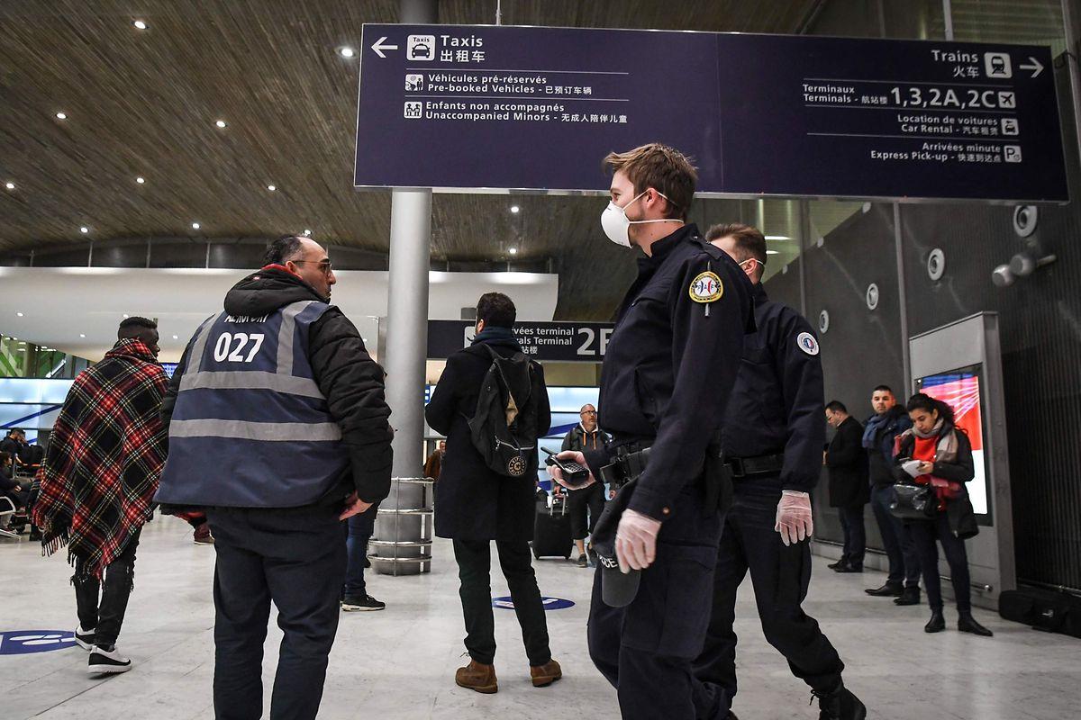 Nach den drei Fällen der neuen Lungenkrankheit in Frankreich wurden die Sicherheitsmaßnahmen am Pariser Hauptflughafen Roissy-Charles de Gaulle verstärkt.