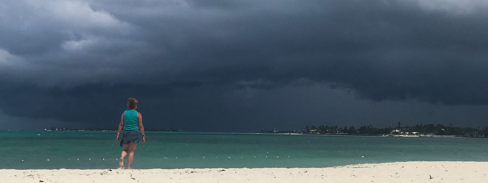 """Am Donnerstag brauten sich wieder erste Gewitterwolken über den Bahamas zusammen. Am Samstag könnten sie """"möglicherweise als Tropensturm"""" auf die Insel Grand Bahama treffen."""