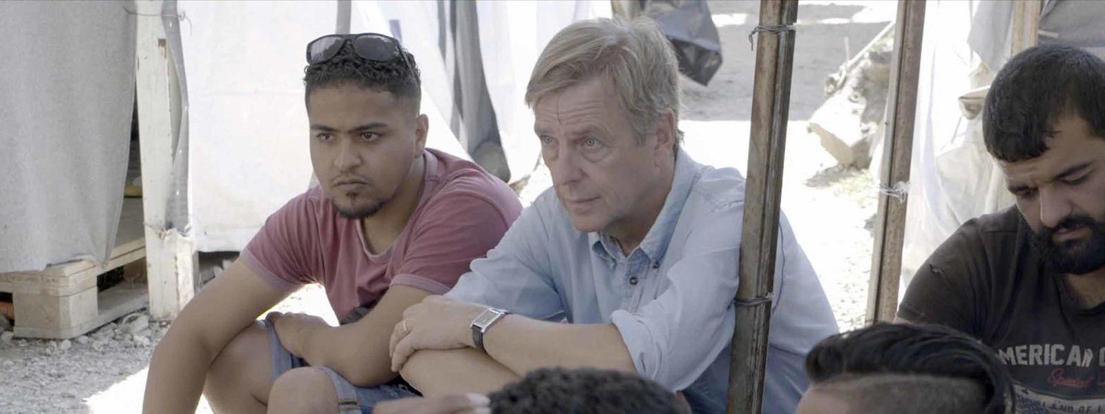 Claus Kleber (2.v.l.) und sein Übersetzer Issmail (l.) im Gespräch mit syrischen Flüchtlingen im Camp Moria auf der griechischen Insel Lesbos.