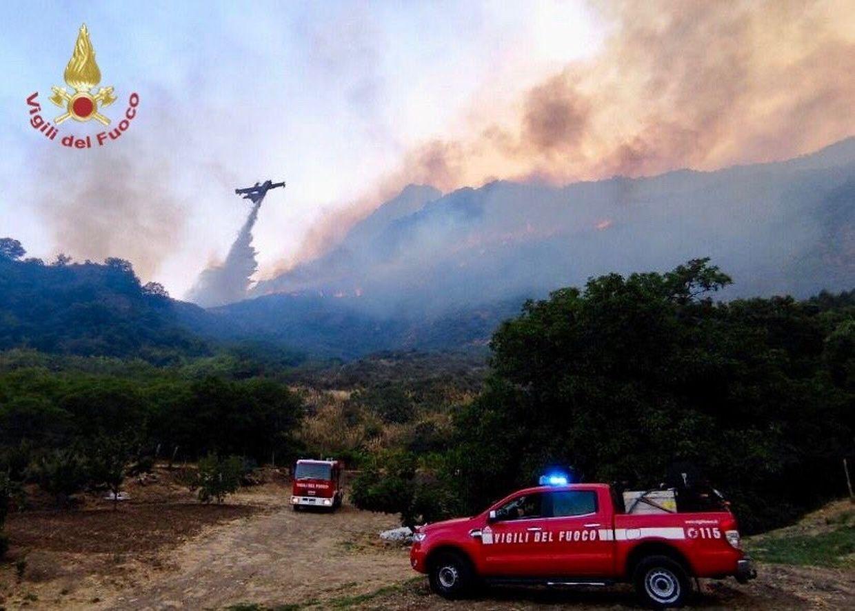 Einsatzkräfte der Feuerwehr kämpfen in der Region Palermo gegen zahlreiche  Waldbrände.