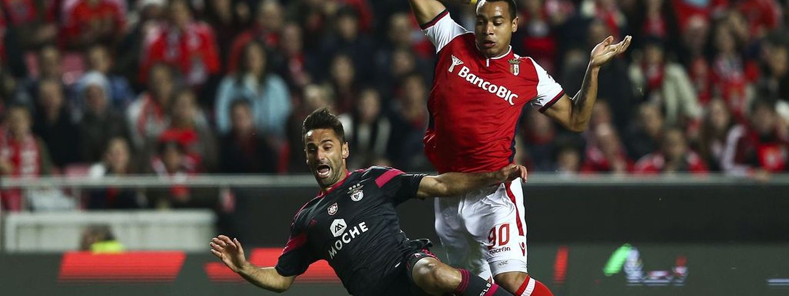 SL Benfica's player Jonas (L) fights for the ball with SC Braga's Pardo (R) during their Round of 16 Soccer Cup match held at Luz Stadium in Lisbon, Portugal, 18 December 2014. JOSE SENA GOULAO/LUSA
