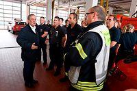 15.07.2021, Nordrhein-Westfalen, Hagen: Der nordrhein-westfälische Ministerpräsident Armin Laschet (CDU, l) bedankt sich bei Hagenern Feuerwehrleuten für ihren Einsatz, nachdem er sich ein Bild von der Lage in der Stadt gemacht hat. Starkregen hatte zu Überschwemmungen in der Stadt geführt. Foto: Roberto Pfeil/dpa +++ dpa-Bildfunk +++